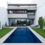 บ้านโมเดิร์นสองชั้น ตกแต่งด้วยปูนเปลือย มาพร้อมสระว่ายน้ำและพื้นที่พักผ่อนกลางแจ้ง แบบบ้านวิลล่า