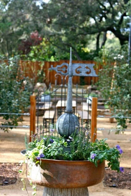 23 ideas-inspiring-repurposing-garden-decorations (7)