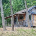 บ้านไม้แบบกระท่อม หลังเล็กกระทัดรัด 1 ห้องโถงโล่ง ห้องน้ำในตัว ไอเดียที่เหมาะกับบ้านสวน
