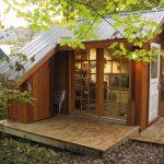 บ้านกระท่อมคอทเทจขนาดเล็ก 1 ห้องนอน มาพร้อมเฉลียงเล็กๆ ท่ามกลางสวนป่าร่มรื่น