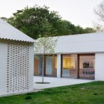 บ้านคอทเทจสมัยใหม่ ดีไซน์ในโทนสีขาว แยกหลังพร้อมพื้นที่โล่งกลางบ้าน มาพร้อมบรรยากาศแบบบ้านหลังสวน