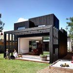 บ้านโมเดิร์นโทนสีดำเข้ม โดดเด่นด้วยรูปทรง ตกแต่งสวยงามร่มกับสวนหย่อมร่มรื่น