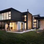 บ้านโมเดิร์นขนาดใหญ่ ดีไซน์รูปทรงกลาง สวยงามแปลกตา และมีความภูมิฐาน ตกแต่งด้วยปูนเปลือย ไม้ และงานเหล็ก
