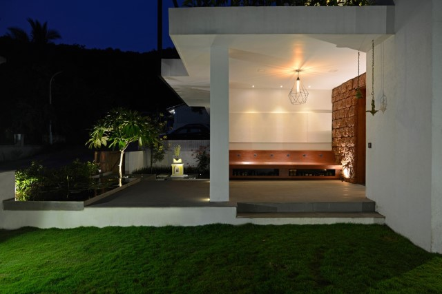 Modern large house Decorated with green space (13)