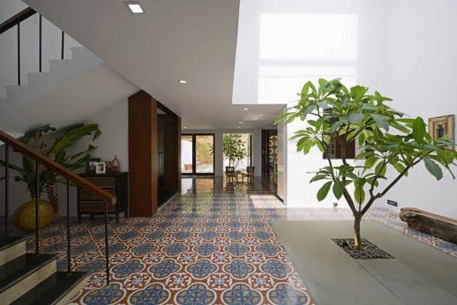 Modern large house Decorated with green space (20)