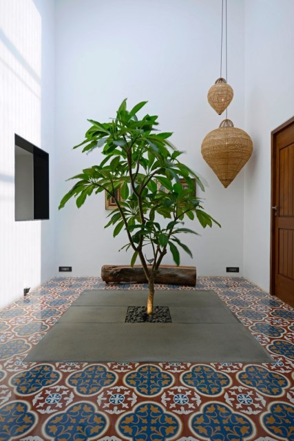 Modern large house Decorated with green space (21)
