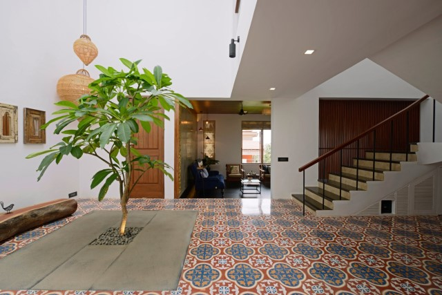 Modern large house Decorated with green space (22)