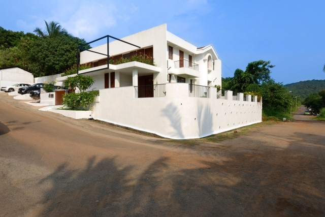 Modern large house Decorated with green space (4)