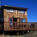 บ้านตากอากาศขนาดเล็ก ดีไซน์รูปทรงโมเดิร์นเคบิน วัสดุจากไม้ มาพร้อมเฉลียงหน้าบ้าน