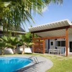 บ้านสวนขนาดเล็ก ดีไซน์หลังคาปีกผีเสื้อ มาพร้อมพื้นที่พักผ่อนกลางแจ้ง และสระว่ายน้ำ