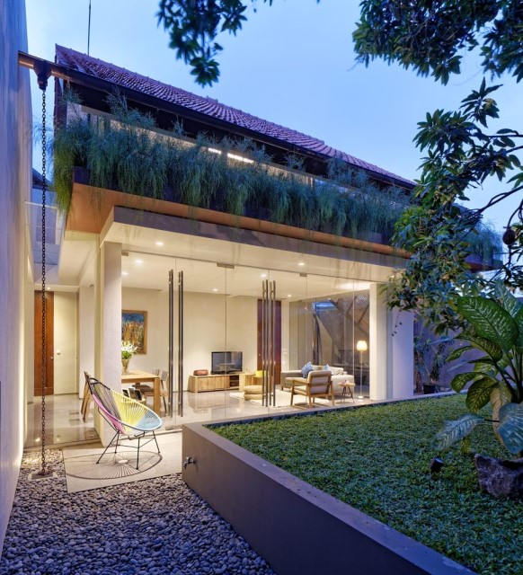 Two-story contemporary home Decorated with wooden (23)