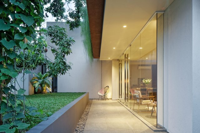 Two-story contemporary home Decorated with wooden (28)
