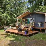 บ้านไม้สไตล์คอทเทจ ขนาดกำลังดีกับครอบครัวเล็ก มาพร้อมเฉลียงและสวนป่า