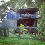 บ้านสวนสไตล์เคบิน ประยุกต์จากตู้คอนเทนเนอร์ ดีไซน์ทันสมัย พร้อมเฉลียงพักผ่อนริมสวนป่า
