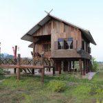 บ้านไม้ทรงไทยล้านนาดีไซน์ดั้งเดิม ออกแบบยกพื้นสูงมีใต้ถุน พร้อมระเบียงรับลมสุดชิลล์