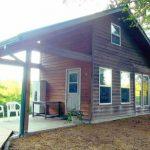 บ้านกระท่อมสไตล์รัสติด ดีไซน์หน้าบ้านให้มีพื้นที่โล่ง พร้อมสวนป่าร่มรื่น