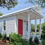 บ้านคอทเทจขนาดเล็ก โทนสีขาวสว่าง มากับบรรยากาศแบบบ้านสวนร่มรื่น