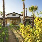 บ้านคอทเทจขนาดกลาง ออกแบบด้วยหินและไม้ มาพร้อมเฉลียงขนาดใหญ่ และสวนหย่อม แปลงผัก แปลงดอกไม้
