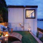 บ้านโมเดิร์นหลังเล็ก ดีไซน์เรียบง่าย หลังคาเพิงฯ มาพร้อมพื้นที่พักผ่อนกลางแจ้ง ริมทะเล