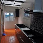 Review : ต่อเติมห้องครัวหลังบ้านบนพื้นที่แคบๆ แต่ดูกว้างโปร่ง แถมสวยงามน่าใช้งาน