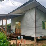 บ้านชั้นเดียวยกพื้นสูงขนาดกะทัดรัด มีระเบียงไม้นั่งชมวิว ใช้แบบบ้านตัวอย่างจากต่างประเทศ