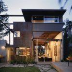 บ้านโมเดิร์นสองชั้น รูปทรงแปลกตา ดีไซน์โปร่ง โล่ง มาพร้อมงานโชว์โครงสร้าง ผสานงานไม้ สวยงาม ลงตัว