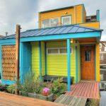 บ้านตากอากาศสไตล์คอทเทจ มาพร้อมทำเลริมอ่าว โดดเด่นด้วยสีสันบนผนังไม้