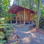บ้านไม้สไตล์กระท่อมทรงจั่ว มีระเบียงโปร่งยกพื้นสูง เหมาะสำหรับทำบ้านสวน