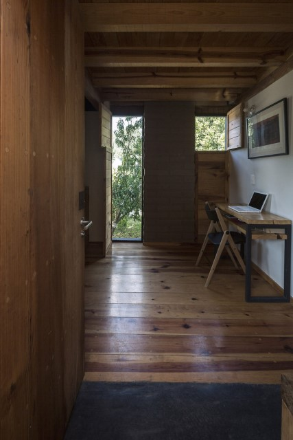 Modern Cabin house warm colors brick and wood (15)