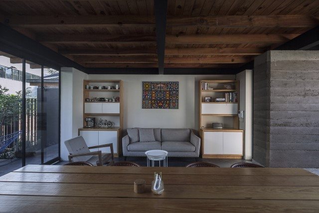 Modern Cabin house warm colors brick and wood (16)