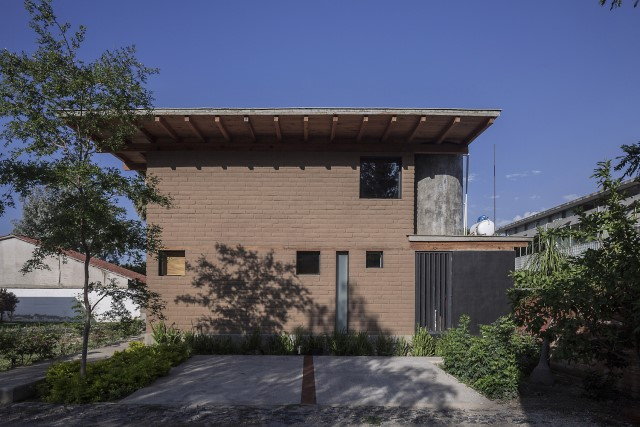 Modern Cabin house warm colors brick and wood (17)