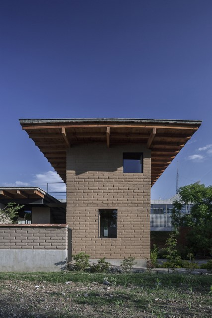 Modern Cabin house warm colors brick and wood (18)