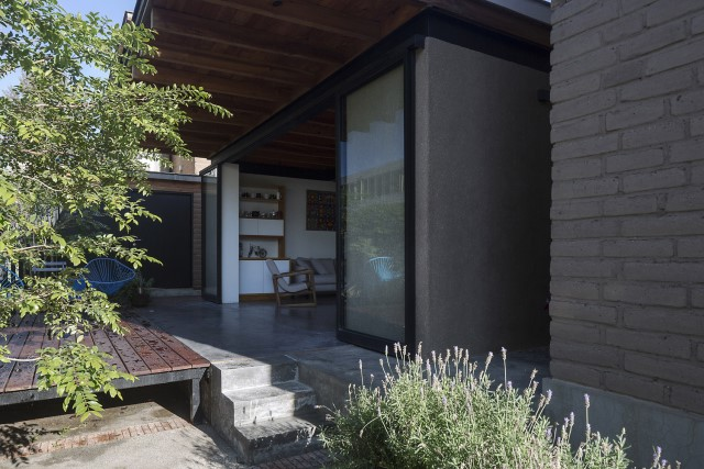 Modern Cabin house warm colors brick and wood (2)