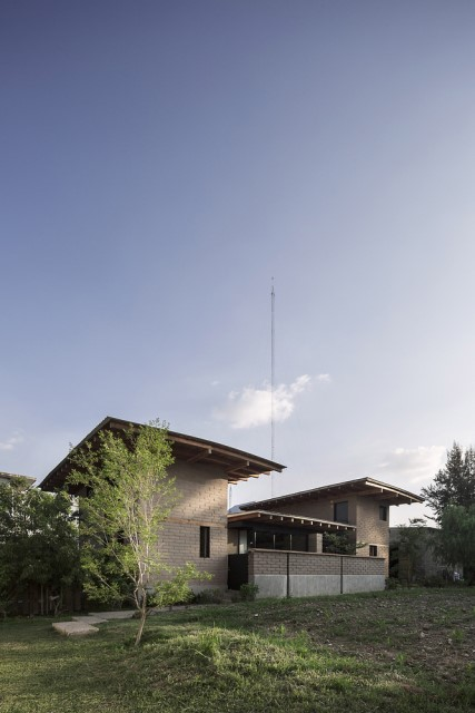 Modern Cabin house warm colors brick and wood (20)