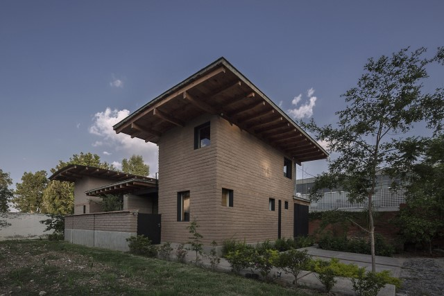 Modern Cabin house warm colors brick and wood (21)