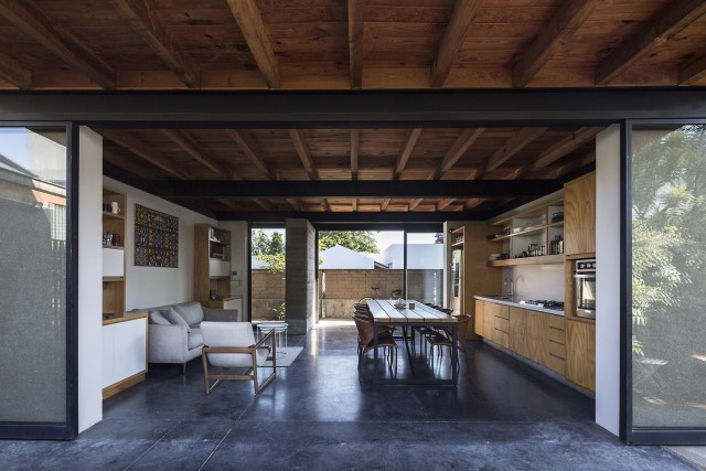 Modern Cabin house warm colors brick and wood (23)