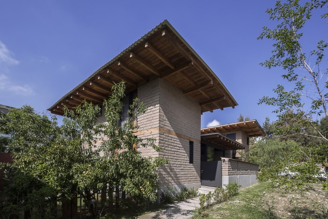 Modern Cabin house warm colors brick and wood (5)