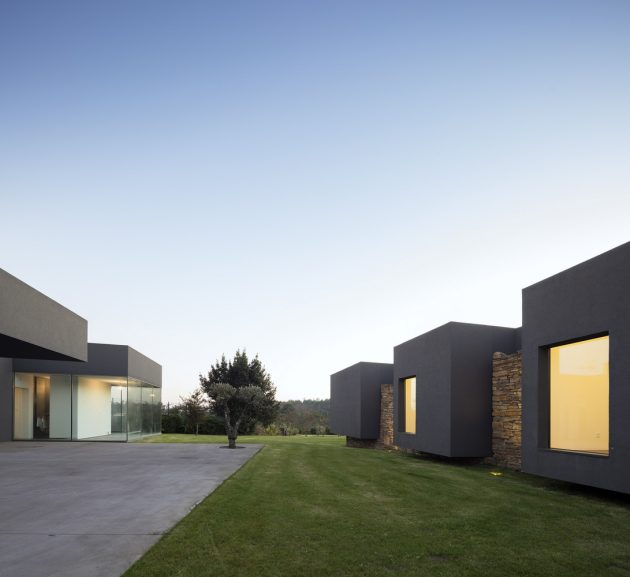 Modern house box in shape with minimalist interiors (15)