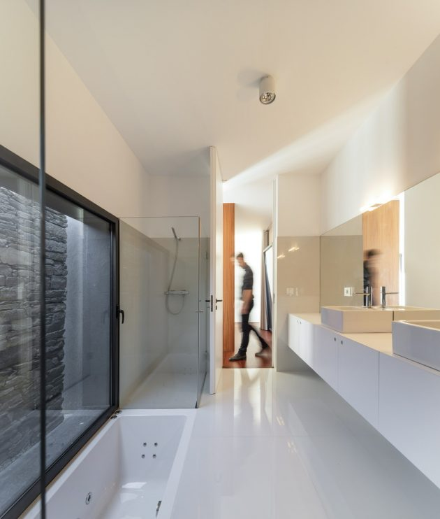 Modern house box in shape with minimalist interiors (4)