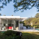 บ้านโมเดิร์นโทนสีขาว ดีไซน์รูปทรงกล่อง ตกแต่งด้วยโลหะ และกระจก พร้อมสระว่ายน้ำ ท่ามกลางสวนธรรมชาติ