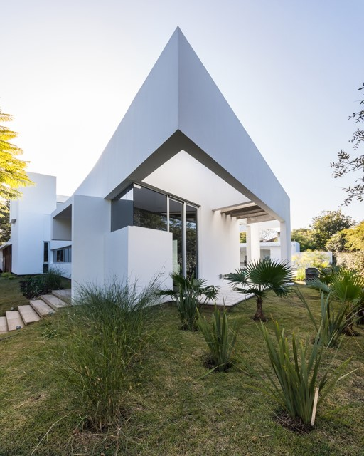 Modern house white tone with swimming pool Garden Nature (7)