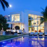 บ้านตากอากาศสไตล์โมเดิร์นเมดิเตอร์เรเนียน โทนสีขาว มาพร้อมสระว่ายน้ำ ภายในตกแต่งเรียบหรู