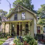 บ้านไม้สไตล์วินเทจ โทนสีเขียวอ่อน มาพร้อมสวนสวย และการตกแต่งภายในที่อ่อนโยน