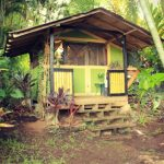 กระท่อมไม้แบบเรียบง่าย ขนาดเล็กกะทัดรัด ท่ามกลางสวยป่า รองรับการพักผ่อนแบบบ้านสวน