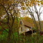 กระท่อมไม้ขนาดเล็ก มีทั้งเฉลียงและชั้นลอย บิวท์อินด้วยไม้ทั้งหลัง กับบรรยากาศท่ามกลางสวนป่า
