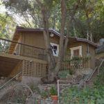 บ้านสวนสไตล์คอทเทจ ขนาดเล็ก ตกแต่งด้วยไม้ พร้อมบรรยากาศริมเนินเขา