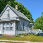 บ้านไม้สไตล์คอทเทจ โทนสีฟ้าอ่อน มาพร้อมเฉลียงบ้าน ภายในตกแต่งอบอุ่น น่ารัก