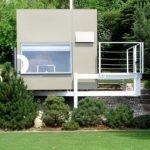 บ้านตากอากาศขนาดเล็ก สไตล์โมเดิร์นรูปทรงกล่อง มาพร้อมบรรยากาศริมเชิงเขา