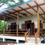 บ้านปูนยกพื้น แต่งไม้สวย มีระเบียงโปร่งโล่งร่มรื่น ท่ามกลางบรรยากาศป่าใหญ่