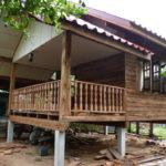 บ้านหลังน้อยสไตล์ชนบท ยกพื้นสูงมีใต้ถุน สร้างจากไม้บ้านหลังเก่า